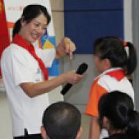 Chinese volunteer teaches kids about walking safe