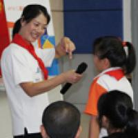 Chinese volunteer teaches kids about walking safe