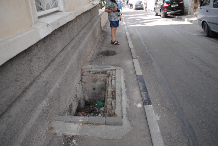 Sidewalk – Meant for exclusive use by pedestrians, this sidewalk has a hole with rubble/trash inside and no warning signs.
