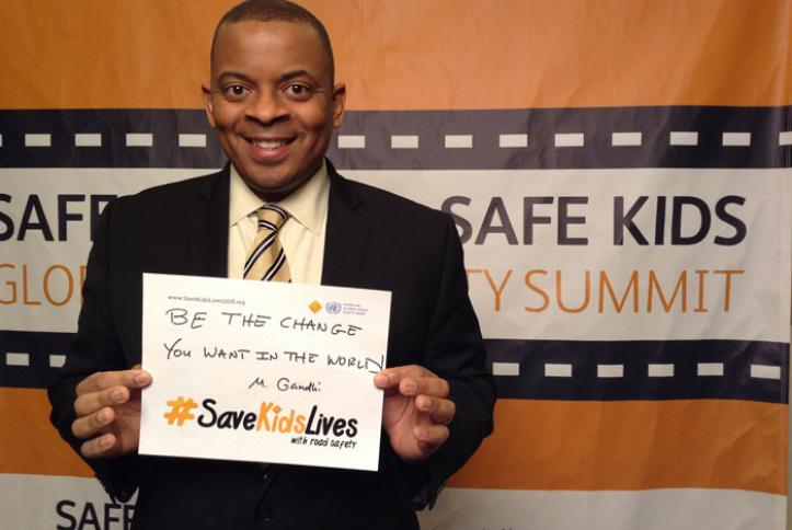 U.S. Secretary of Transportation Anthony Foxx takes a #safie.