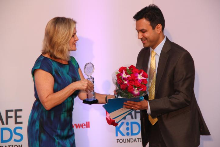 Safe Kids CEO Kate Carr thanks Anant Maheshwari, President, Honeywell India for sponsoring Safe Kids at Home