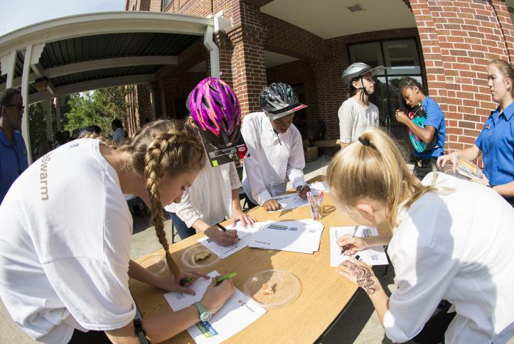 Kids sign their Global Road Safety pledges